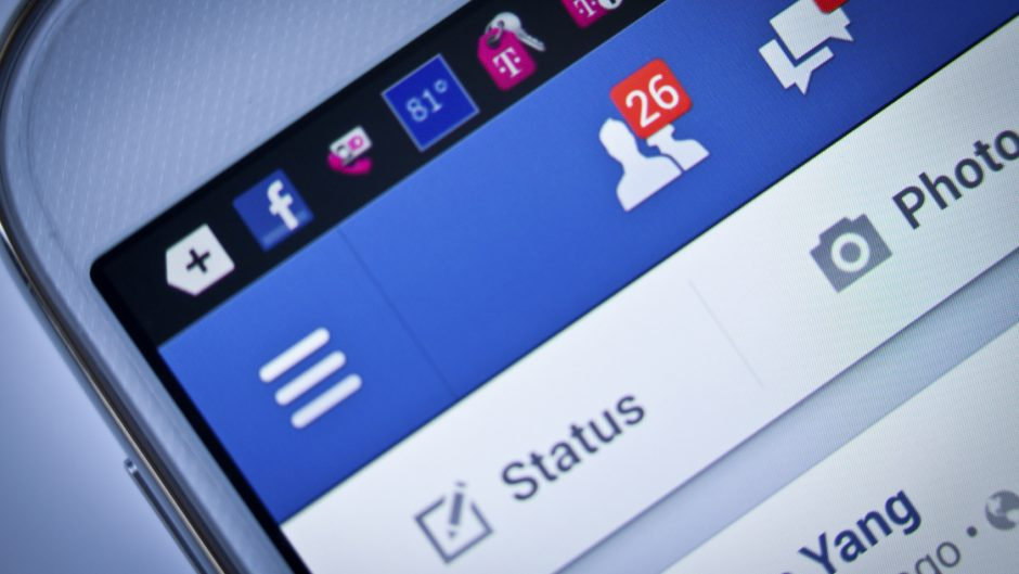 Facebook mobile - iStock_000026801927_Medium