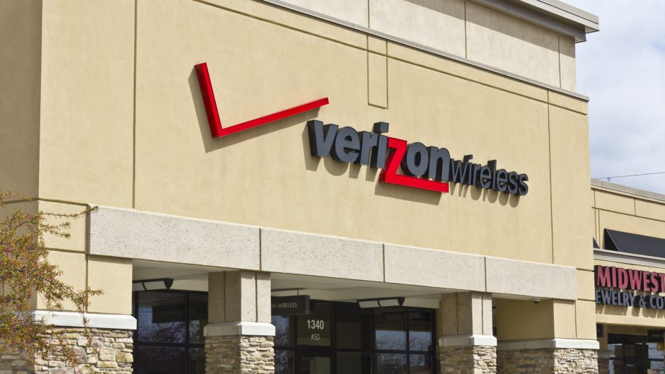 Indianapolis, US - April 5, 2016: Verizon Wireless Retail Location. Verizon is One of the Largest Communication Technology Companies II